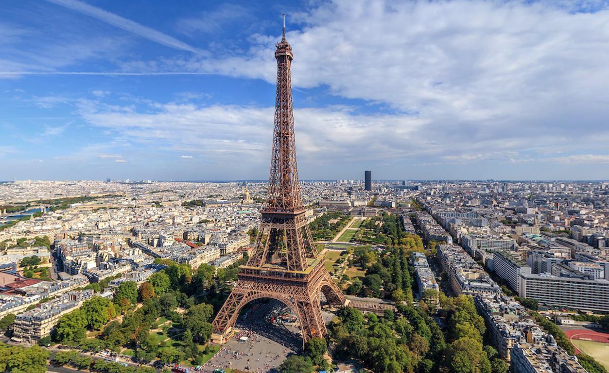 На майских праздниках 2017 туристы посетили Москву и Париж